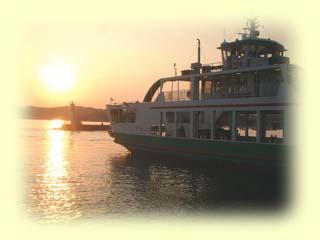 前島フェリーは牛窓と前島を結ぶ定期カーフェリーです。 毎日、ほぼ40分おきに運行。所要時間約5分の短い航路ですが、昔ながらの渡し船の情緒を味わっていただくことができます。 チャーター(貸し切り)フェリーのご用命も承っております。瀬戸内情緒あふれる船旅にぜひご利用くださいませ。