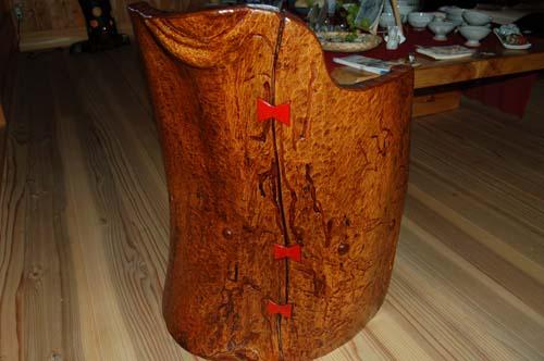 けやきの変木を使用した、うるし仕上げの「やさしい椅子」