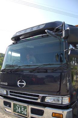 エアサス搭載ウイング車やパワーゲート付ウイング車で精密機器輸送や重機物の運搬も可能